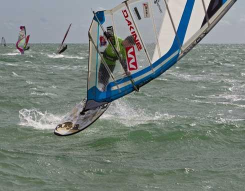 wassersport Event mit Windsurfen und Kiten
