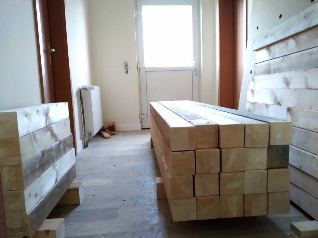 abgelängte Balken für die Betten