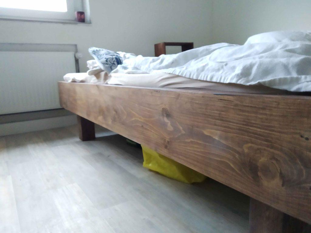 Lasiertes Doppelbett