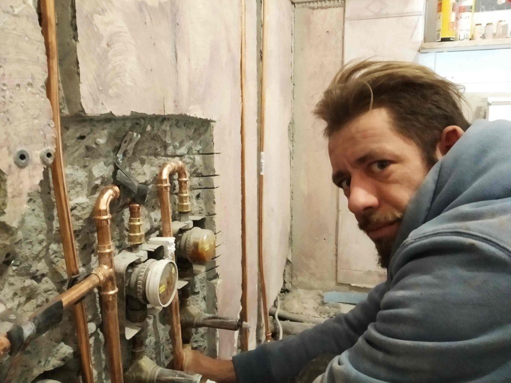 Simon bei der Rohrarbeit